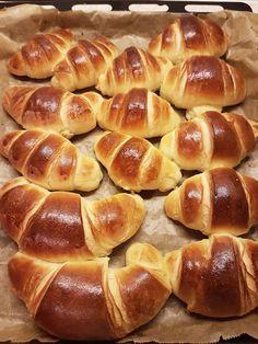 Croissante pufoase. – Lorelley.blog Fun Baking Recipes, Baby Food Recipes, Cake Recipes, Dessert Recipes, Cooking Recipes, Cooking Bread, Romanian Food, Holiday Cakes, Dessert Drinks