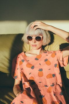 love this shoot, pink dress with pineapples printed all over, beautiful girl with a cool retro bob an cool pink sunglasses! so chic, so fun and vintage!