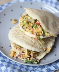 Wil je een simpel en lekker ontbijtje maken? Maak dan deze lekkere pitabroodjes met ei en groente. Lekkere ontbijtbroodjes voor op de zondagmorgen.