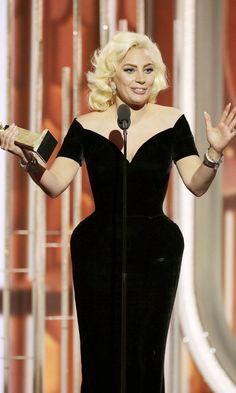 Pin for Later: Lady Gaga brach in Tränen aus nach ihrem Sieg bei den Golden Globes