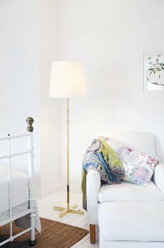 Cross golvlampa i mässing,finns också i vitt. Cross floorlamp in brass, model also in White.