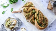 Zapletený chléb se špenátovo-bylinkovým pestem Bagel, Pesto, French Toast, Tacos, Bread, Breakfast, Ethnic Recipes, Jen, Food