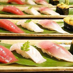 Assortment of sushi for Special course  Honmaguro (Bluefin tuna) Engawa (Flatfish fin) Shimesaba (Pickled mackerel) Uni (Ser urchin)  握り四貫スペシャルコース 本マグロエンガワしめ鯖ウニ  #kaiseki #cuisine #kitaohji #sushi #bluefintuna #chutoro #engawa #mackerel #serurchin #flatfishfin #uni #寿司 #本鮪 #エンガワ #〆鯖 #ウニ #japanesefood #instafood #foodpic #foodporn #japanesecuisine #authenticjapanesecuisine #dinner #yum #yummy #thonglor #bangkok #sukhumvit #อาหารญปน by takashi.kitahara