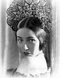ornate headdress worn by a #Spanish #flamenco dancer, very beautiful! /peineta