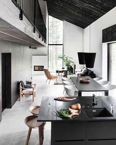 Bom dia! Nosso #décordodia vem em clima atemporal, marcado por tons elegantes de preto e branco. Concreto e madeira em nuances diversas permeiam sala de estar, jantar e cozinha - tudo integrado! Veja mais detalhes do projeto no site (link na bio)! #casavogue #decoração