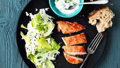 Prøv en lidt anderledes krydring af både kyllingen, salaten og yoghurtdressingen. Her får du opskriften på tandoori-kyllingebryst med myntecreme og kålsalat