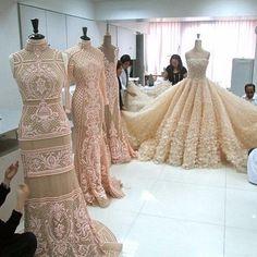 Atelier Haute Couture - behind-the-scene Vestidos Vintage, Vintage Dresses, Elegant Dresses, Pretty Dresses, Amazing Dresses, Beautiful Gowns, Beautiful Outfits, Moda Peru, Bridal Gowns