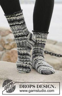 """Chaussettes DROPS au crochet, réalisées à partir de la pointe en ʺtoe upʺ, en """"Fabel"""". Du 37 au 43 ~ DROPS Design"""