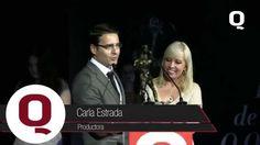 Marco Ferrara, Presidente de la fundación En Nuestras Manos, recibe en manos de Carla Estrada, productora de Televisa, el premio a la excelencia que otorga Revista Q.