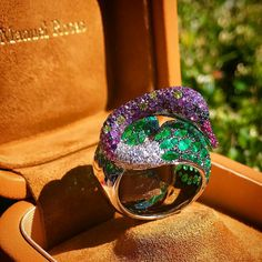 Swan, a symbol of elegance. This ring is a Manuel Rosas creation,  manufactured by Rosior artisans in Porto and coloured with the finest diamonds, emeralds and sapphires. #Rosior