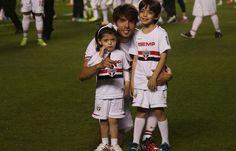 São Paulo Futebol Clube - Bastidores de São Paulo x Vitória Na noite do último domingo (10), Dia dos Pais, o São Paulo bateu o Vitória por 3 a 1 com grande atuação do atacante Alexandre Pato. Com a reestreia de Kaká.