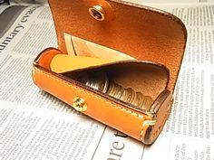 """""""立つさいふ"""" 創ってみました。小銭が見やすく、運が良ければ小銭が一列にお行儀良く並びます!仕切りがあり、小銭の裏に数枚二つ折りのお札 スムースに入れられる様にしました。一番大きい硬貨500円が並んで入る筒形の財布がコンセプトです。従って、側面径は5..."""