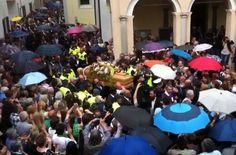 VIDEO: il feretro di Buonanno accolto dagli applausi al suo arrivo in chiesa 3
