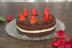 Naked Cake de chocolate com recheio de Leite Ninho, cobertura de brigadeiro e morangos.