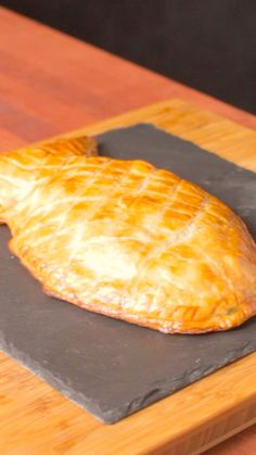 Tourte Saumon (Salmon with Heavy Cream 'n' Leek 'n' Onion spread in an individual designed Puffy Pastry coat) 👍 Salmon Recipes, Fish Recipes, Seafood Recipes, Cooking Recipes, Healthy Recipes, Easy Cooking, Chicken Recipes, Snacks Recipes, Pizza Recipes