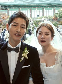 Actress Song Hye-kyo and actor Song Joong-ki watched Hwang Jung-min's play together. According to ET Today, Song Hye-kyo and Song Joong-ki watched 'Richard III' on the in the Seoul Arts Center. Korean Celebrities, Korean Actors, Celebs, Song Joong Ki, Song Hye Kyo Married, Wedding Couples, Wedding Photos, Decendants Of The Sun, Sun Song