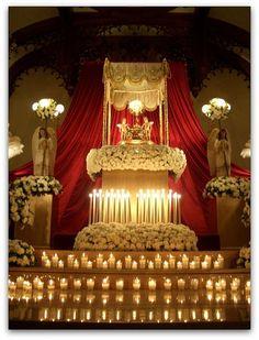 Altar Flowers, Church Flower Arrangements, Funeral Arrangements, Church Flowers, Corpus Christi, Holy Thursday Catholic, Catholic Altar, Altar Design, Maundy Thursday