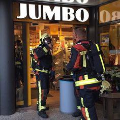 """Jumbo supermarkt Vromade korte tijd ontruimd  De Jumbo supermarkt aan de Vromade is vanavond korte tijd ontruimd geweest nadat het brandalarm afging. """"De winkel is gelijk ontruimd om de veiligheid van de klanten en personeel te waarborgen"""" vertelt bedrijfsleidster Cheyenne Berkvens van Jumbo Broekvelden.  De brandweer kreeg melding van een mogelijk verhoogde concentratie koolmonoxide in de winkel en kwam snel ter plaatse. De brandweer heeft o.a. metingen gedaan en heeft hierbij niks…"""