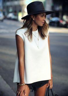 chapéu + blusa de modelagem ampla+ mix de colares + short
