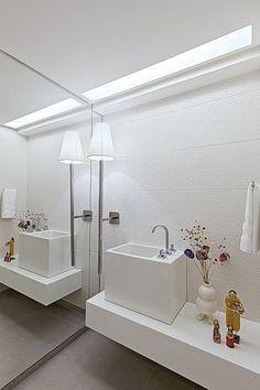 Lavabo com espelho e iluminação em forro de gesso. bancada em nanoglass branco, muito chic. Projeto de Santos e Santos Arquitetura