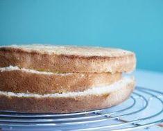 """Hej! I helgen är det Valborg och då är det väl härligt att bjuda på tårta! Här är ett kanonrecept på en glutenfri tårtbotten bakad efter receptet """"3 lika""""! Funkar varje gång och resultatet blir luftiga, härliga bottnar. En tårta till ca 8-10 personer (om större tårta, öka på äggen i glas 1 och nivån [...]"""