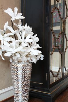 44 DIY Beautiful Flower Vase Decoration Ideas Some creative tips for the exact same can help you design a perfect party. Many such ideas may be used for decoration. Floor Vase Decor, Tall Floor Vases, Home Decor Vases, Flower Vases, Flower Arrangements, Diy Flower, Flowers, Decorating Coffee Tables, Decorating Vases