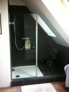 Interieur and design on pinterest - Salle de bain sous pente 5m2 ...