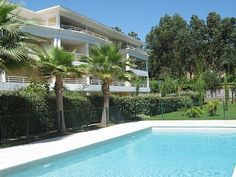 GOLFE JUAN / ANTIBES: Bright 2-bed apartment in Quiet Domaine with pool.  €299,000/£235,044