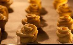 """Túrós """"rózsa""""-sütemény: mindössze húsz perc alatt elkészül, de az egész család élvezi egy héten keresztül! - Ketkes.com Hungarian Recipes, Baking And Pastry, Rose Cake, Dessert Drinks, Enjoy It, Cottage Cheese, Food Cakes, Sushi, Cake Recipes"""