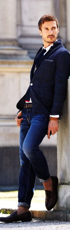 Fall / Winter - casual style - preppy - party style - white shirt + navy textured tight tie + navy and dark plaid sports blazer + dark brown belt + dark brown loafers + dark denim distressed jeans Fashion Moda, Look Fashion, Winter Fashion, Mens Fashion, Sport Fashion, Sharp Dressed Man, Well Dressed Men, Street Style Looks, Looks Style