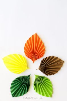 From Hungry Heart If you would like to learn how to make these easy paper leaves, check out the lovely photo tutorial. Diy Origami, Giant Paper Flowers, Diy Flowers, Origami Leaves, Quiling Paper, Paper Succulents, Diy And Crafts, Paper Crafts, Paper Weaving