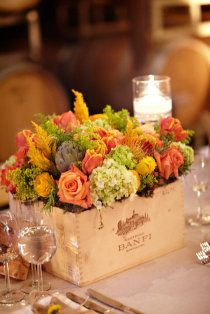 .Put a bottle of wine in this and you have the perfect Vineyard Wedding Centerpiece! Com caixote e flores coloridas