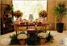 Chá de Bebe com o tema jardim, com muitos arranjos de flores coloridas, brancas, plantas também compondo o visual da festa. #galpaomix #galpaomixpenedorj #espacoparaeventos #penedo #penedorj #chadebebe #vida #felicidade #bebe #familia #chadaLiz