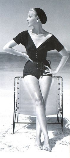 Retro Fashion 'Claire McCardell's effortless, modern playsuit, buttoning at the front, tied at the waist and worn with a beret.' Photo by John Rawlings, [[beret to the beach? why not? Claire Mccardell, Vintage Glamour, Vintage Beauty, 1950s Style, Foto Fashion, Fashion History, Vogue Fashion, Beach Fashion, School Fashion