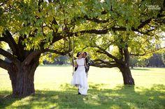 <3 romantic wedding photos in garden