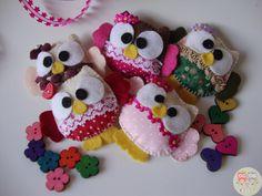 CORUJINHAS Lindas, fofinhas e cheirosas! Em feltro e tecido 100% algodão, enchimento de fibra siliconada, aplicação de caseado, bordado, botões, rendinhas, pedrinhas. Podem ser utilizadas como chaveiros, lembrancinhas, marcadores de página.  Tamanho aproximado: 10cm x 9cm (média) 8cm x 7cm (pequena)  #coruja #corujinha #feltro #lembrancinha #nascimento #chaveiro #artesdaeli #chádebebê #aniversário
