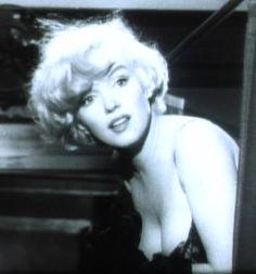 Marilyn Monroe in Some Like it Hot trailer cropped - Marilyn Monroe - Wikipedia, la enciclopedia libre Marilyn Monroe Tod, Marilyn Monroe Cuadros, Marilyn Monroe Quotes, Some Like It Hot, Hot Trailer, Photos Rares, Harold Lloyd, Norma Jeane, Sad Girl