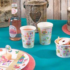 Set van 8 kleurrijke papieren bekertjes met leuke uiltjes die de hoofdrol spelen in deze collectie. Maak je feestje helemaal compleet met de bijhorende bordjes en servetten van de Tree Top Friends collectie!