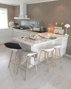 Goodmorning with this beautiful kitchen @casa_kristin , and also a lovely girl ! #gofollow ❤️ #kitchendesign #kjøkken  _____________________________________________________________ #xmas2015 #christmasdecorations #roomforinspiration #nordicstyle #homedecoration #scandinaviandesign #lovelyinteriors #lovelyhome #interiordecor #interiores #vakrehjemoginterior #juleinspirasjon
