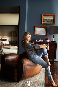 High above Los Angeles, Jennifer Aniston crafts a scene of pure domestic bliss with husband Justin Theroux, a spectacular midcentury house, and a trio of very happy dogs. #homeoffice #chair #leather #rug #art #frames #lamp #mirror #jeans #style #ideas #inspo #pictureframes Jennifer Aniston Haus, Jenifer Aniston, Casas California, California Homes, Justin Theroux, Bohemian Living, Decorating Your Home, Interior Decorating, Interior Design