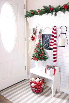 Recibidor decorado para Navidad con los colores clásicos