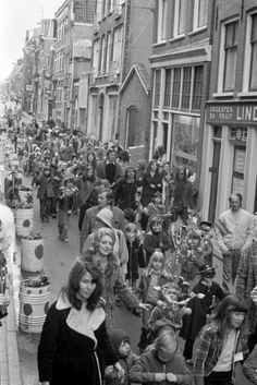 Palmpasen optocht in de Hazenstraat Jordaan 1973 Amsterdam Winter, Amsterdam Holland, New Amsterdam, Color Television, Hippie Culture, 10 Picture, The Good Old Days, Old Pictures, Netherlands