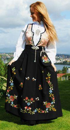 Rogalandsbunad dame - www.bunadsgleden.no Folk Costume, Costumes, Norway Fjords, Medieval Dress, Amazing People, Traditional Dresses, Face And Body, Denmark, Sweden