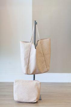 Awesome ivory chain strap tote, with smaller cosmetic bag included.  Throw everything in and go!