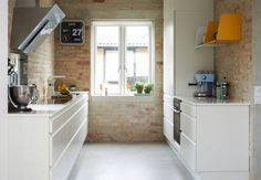 Love the warmth of the exposed brick wall with a white kitchen and concrete floor Brick Wall Kitchen, Kitchen Dinning Room, White Kitchen Cabinets, Ikea Kitchen, Kitchen Interior, Gloss Kitchen, White Brick Walls, Kitchen Colour Schemes, Kitchen Models
