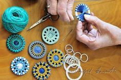 25 + › Erstellung von verdrehten Knöpfen … – Knitting Bordado – The World Crochet Buttons, Diy Buttons, Textile Jewelry, Fabric Jewelry, Button Art, Button Crafts, Yarn Crafts, Fabric Crafts, Diy Crafts