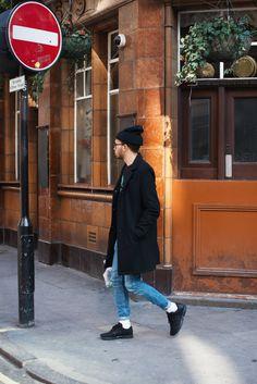 2015-11-12のファッションスナップ。着用アイテム・キーワードはコート, スニーカー, チェスターコート, デニム, ニットキャップ, メガネ,アディダス(adidas)etc. 理想の着こなし・コーディネートがきっとここに。| No:130910