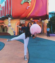 O algodão doce que eu queria comprar pra tirar foto e não comprei, mas roubei da @sandra_e_thiago e tirei minha foto. 😬 Orlando Florida, Disneyland, Vacation, Instagram, Fun, Travel, How To Take Photos, Cotton Candy, Shots Ideas