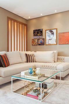 O projeto deste apartamento no Brooklin com 140m² – assinado pelas arquitetas Monica Larsson e Inah Mantovani – foi pensado para um jovem casal que ainda estava noivo e cheio de planos. Entre os desejos dos clientes, uma TV na área da churrasqueira para ele e um espaço tranquilo e aconchegante na varanda, para ela …