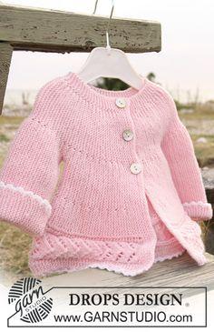 """Veste DROPS tricotée dans le sens de la longueur au point mousse et en point ajouré en """"Baby Merino"""". ~ DROPS Design"""